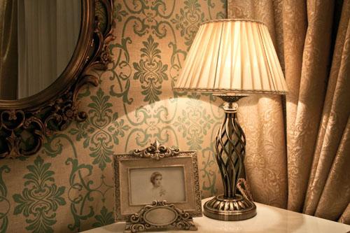 настольная-лампа-в-комнате