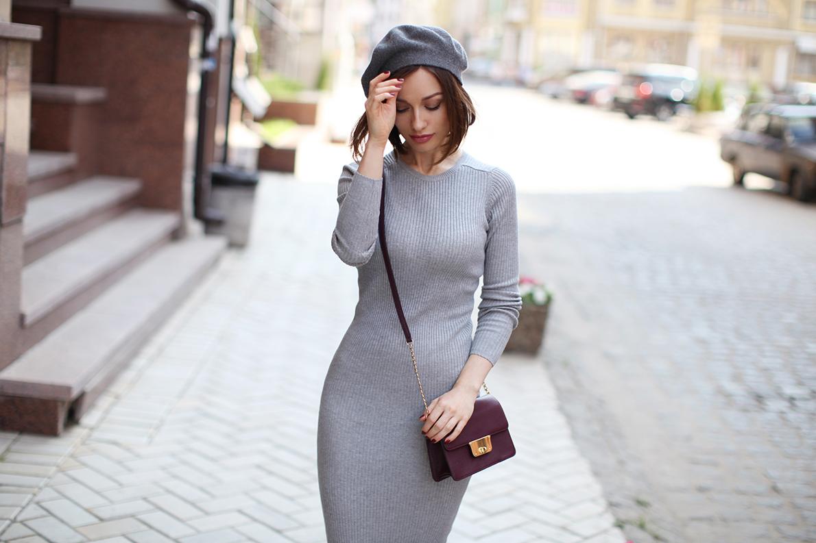серое вязаное платье, с чем носить