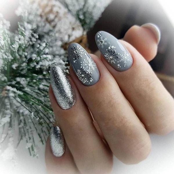 новогодний серебристый маникюр, фото