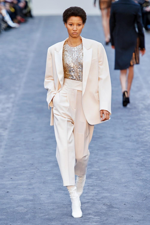 обзор модной коллекции Roberto Cavalli осень-зима 2019-2020, белый брючный костюм