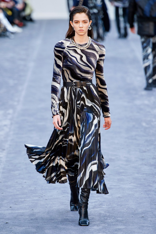 обзор модной коллекции Roberto Cavalli осень-зима 2019-2020, макси платье с черно белым принтом